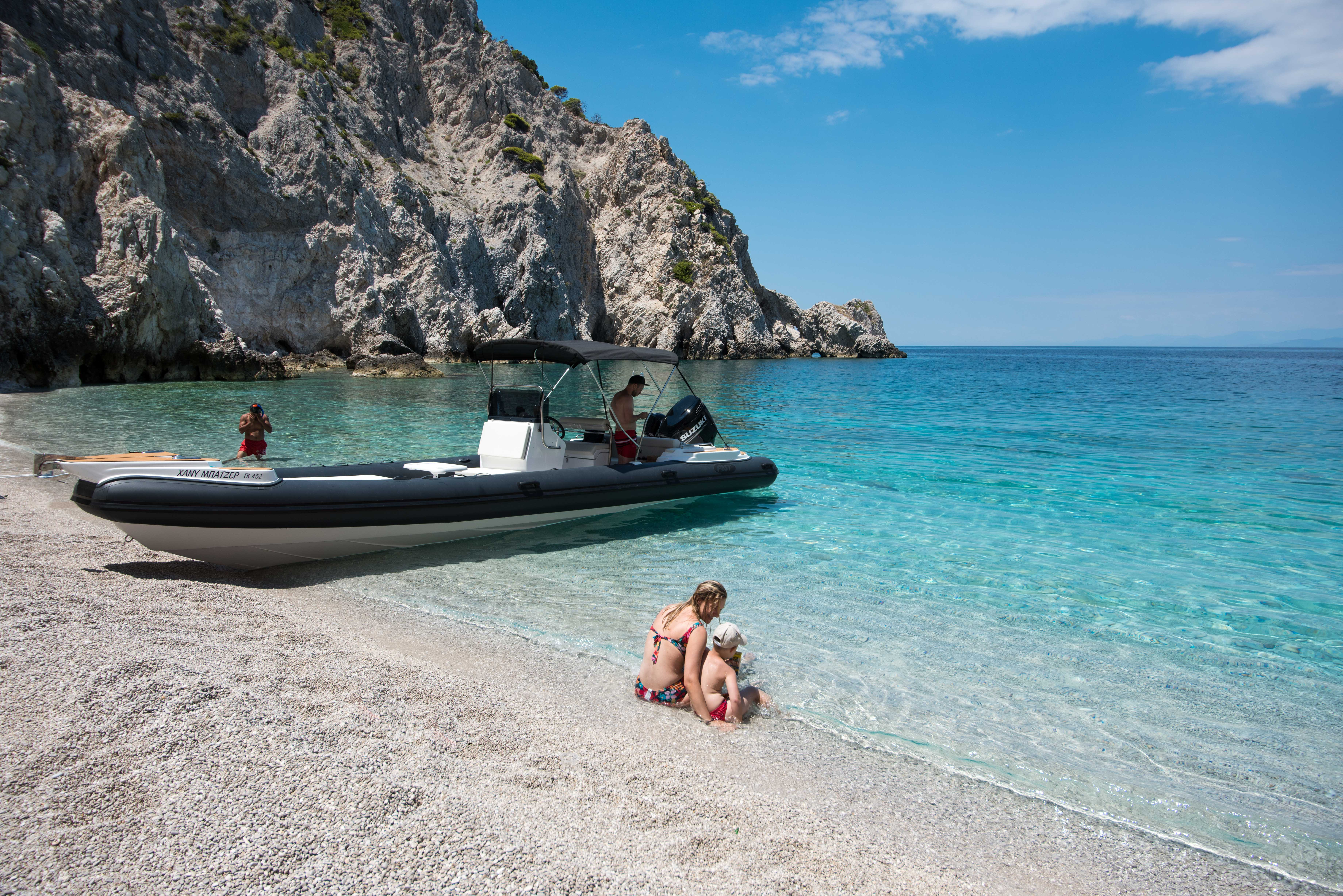 Family boat trip in the white beach organised by Lido Blue